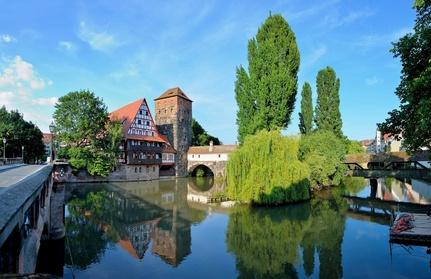 Henkersteg mit Weinstadel und Wasserturm in Nürnberg